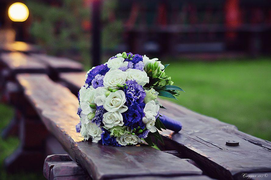 Букет невесты из белых роз и фрезий, фиолетовых и сиреневых эустом, декорированный фиолетовой лентой  - фото 3525457 Фотограф Наталья Лиса
