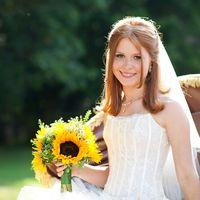 Невеста с букетом из подсолнухов и белых ромашек