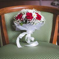 Букет невесты из белых ромашек и красных роз