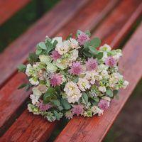 Букет невесты из розовых астранций, фиалок и зеленого эвкалипта