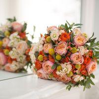 Яркий, запоминающийся, сочный букет невесты в розово-оранжевых тонах из роз и фиалок