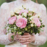 Легкий букет из садовой розы и эустомы