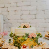 Сладкий стол, декор торта живыми цветами.