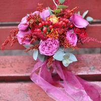Букет № 62 гиперикум роза мисти баблс кустовая роза каллы астильба тюльпаны салидаго эвкалипт