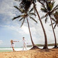 Влюбленная пара на берегу океана