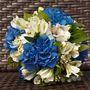 Бело-голубой букет невесты из гортензий и альстромерий