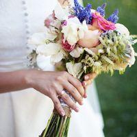 Букет невесты для свадьбы в стиле рустик из фиалок и роз