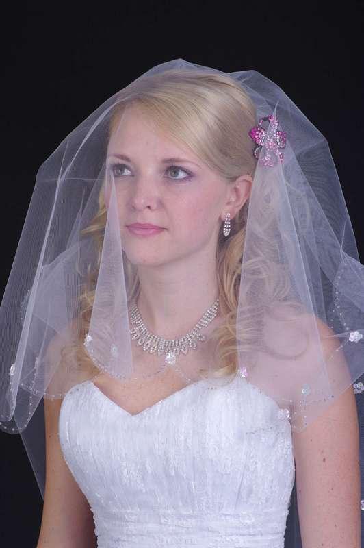 Волосы невесты покрывает лёгкая белая фата со стразами по краю - фото 2479909 Фотограф Касаткин Алексей
