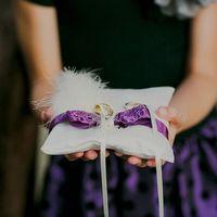 Подушечка для колец на фиолетовой свадьбе Лизы и Саши