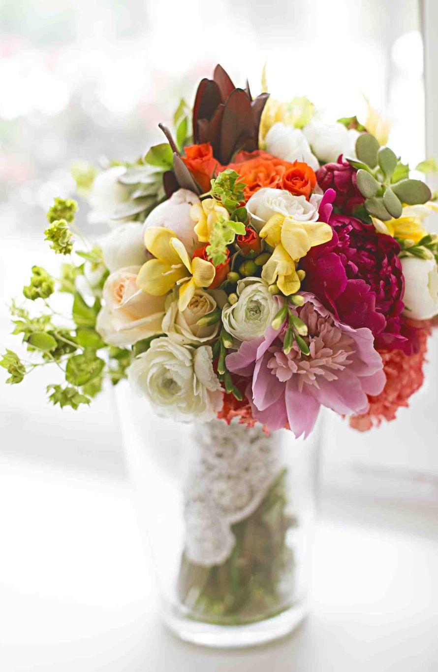 Букет невесты из белых раункулюсов, розовых и малиновых пионов, желтых фрезий, белых и оранжевых роз, зеленых суккулентов и - фото 2480399 Event Decor - свадебный декор