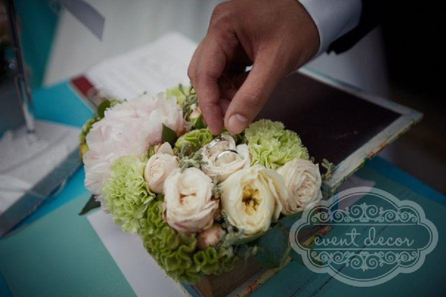 Букет из белых пион, белых и кремовых пионовидных роз, салатных гвоздик, целозии и цинерарри в шкатулке.  - фото 2480473 Event Decor - свадебный декор