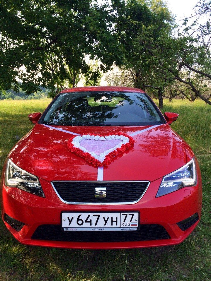 Красный автомобиль, украшенный большим бело- красным сердцем из роз из ткани, закрепленное лентами на капоте. - фото 2503939 Юрий Лыков - автомобиль на свадьбу