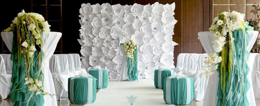 Квадратная арка в виде фрагмента стены с композицией из объемных искусственных белых цветов,на фоне тумб в бирюзовой ткани и - фото 2776949 Студия авторской флористики и декора'' Красота''