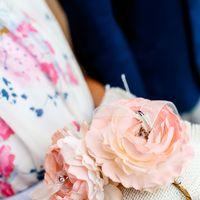 Подушечка с объёмными цветами на свадьбе в оранжево-зелёных тонах