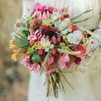 Букет невесты из фиалок и сукулентных растений
