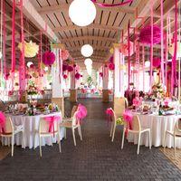 Бумажный декор зала помпонами и лентами розового цвета (бумажный декор)