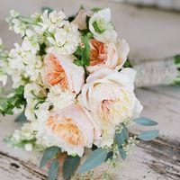 Букет невесты из розовой пионовидной розы и белых фиалок