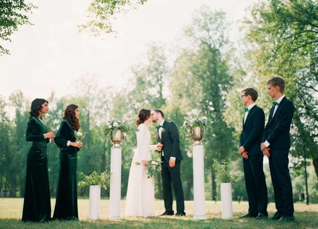 Белые колоны с вазами в цветах, на фоне парковой зоны и молодоженов и сведетелей - фото 3455489 Gavrilova_KS