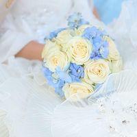 Бело-голубой букет невесты из роз и фиалок