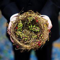 Подушечка для колец в виде гнезда с зелёными гроздьями