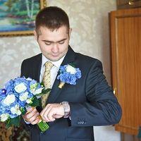 Жених с букетом невесты и бутоньеркой из гортензий и роз в бело-голубых тонах