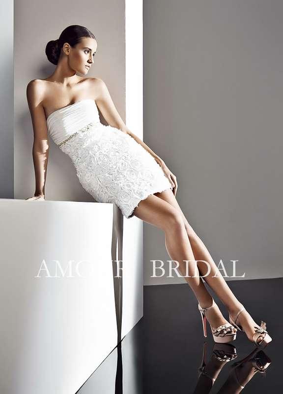 Короткое платье с юбкой с декором из мелких роз, лиф с горизонтальной драпировкой, под грудью тонкий пояс из бисера  - фото 2965963 Свадебный салон Lora