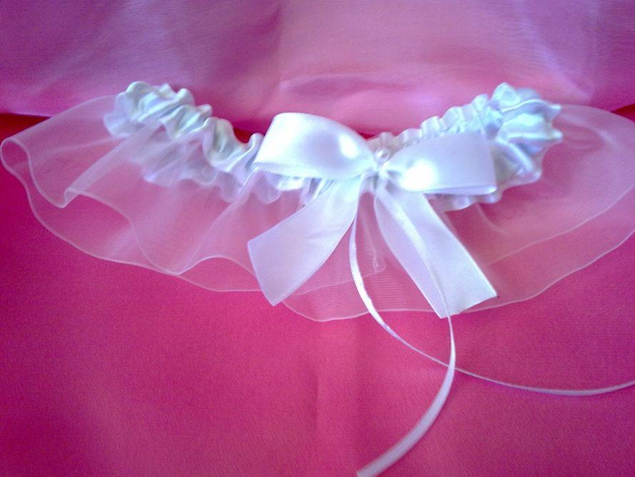 Белая атласная подвязка с прозрачным рюшем и атласным бантом - фото 2693565 Мастерская аксессуаров БиС