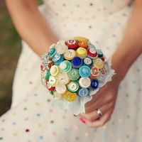 Букет из разноцветных пуговиц