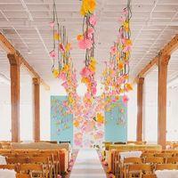 Розовые и желтые бумажные цветы на потолке