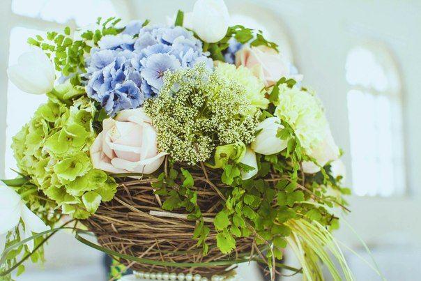 """Букет из голубой и салатной гортензии, сныти, розовых роз, белых тюльпанов, гвоздик и зелени в плетенном кашпо. - фото 2806867 Студия свадебного дизайна """"Вальс Цветоff"""""""