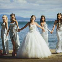 "Свадьба в стиле ""Оскар"" невеста и её подружки на пирсе"