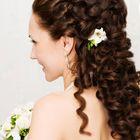 Объемная прическа: жгутики, кудри и живые цветы