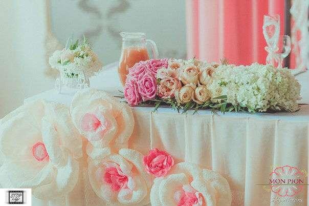 """Композиция для декора стола из розовых роз, кремовых пионовидных роз, белых гвоздик, эвкалипта и хамелациума.  - фото 2711779 Студия флористики и дизайна """"Mon Pion"""""""