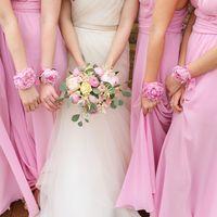 Подружки невесты в розовых платьях, букет невесты, браслеты из живых пионов
