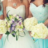 Невеста и подружки невесты с букетами из белых гортензий