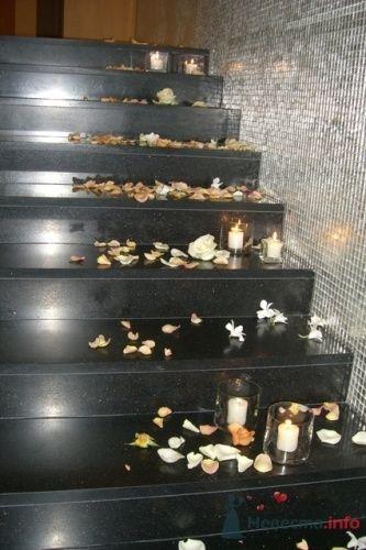 Лестница в лобби, украшенная свечами и лепестками роз