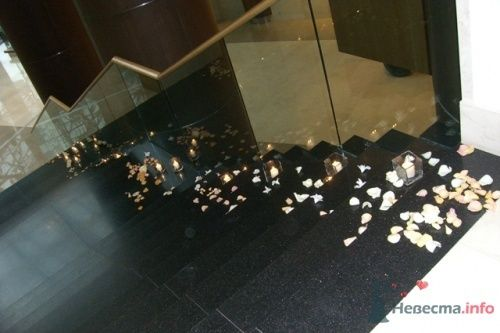 """Лестница в лобби, украшенная свечами и лепестками роз - фото 17181 Банкетные залы """"Swissotel Красные холмы"""""""