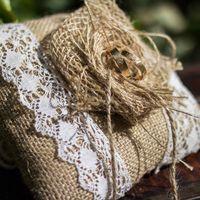 Льняная подушечка для колец с кружевами
