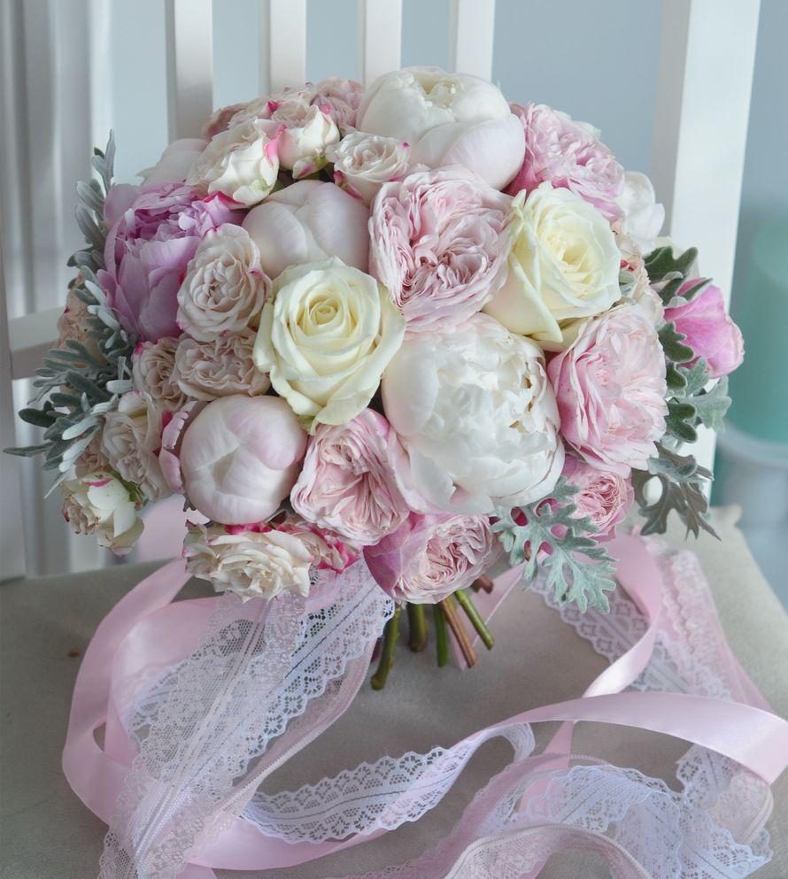 Стильный букет для невесты из пионов и роз