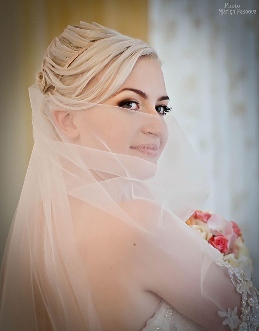 Романтический образ невесты выражен в прическе из длинных локонов собранных в пучок на затылке, украшена бежевой тонкой повязкой - фото 2950891 Фотограф Марина Фадеева