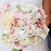 Букет невесты в нежно-розовом цвете из астр, фиалок и роз