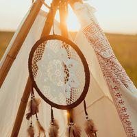 Детали решают все! Стиль бохо - свободный, с элементами этники.  Для декора шалаша мы использовали  индийские палантины, ловца снов, кружевную салфетку ручной работы.