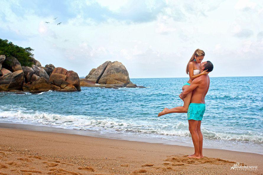 На пляже жених приподнял невесту на руки, в голубых шортах, она обнимает его в белом купальнике, смотрит на него - фото 2802389 Фотограф Подчасова Анна на о. Самуи, Таиланд