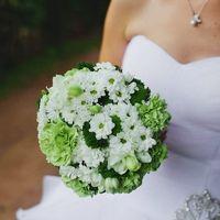 Зеленый букет невесты из ромашек, хризантем и вибурнума