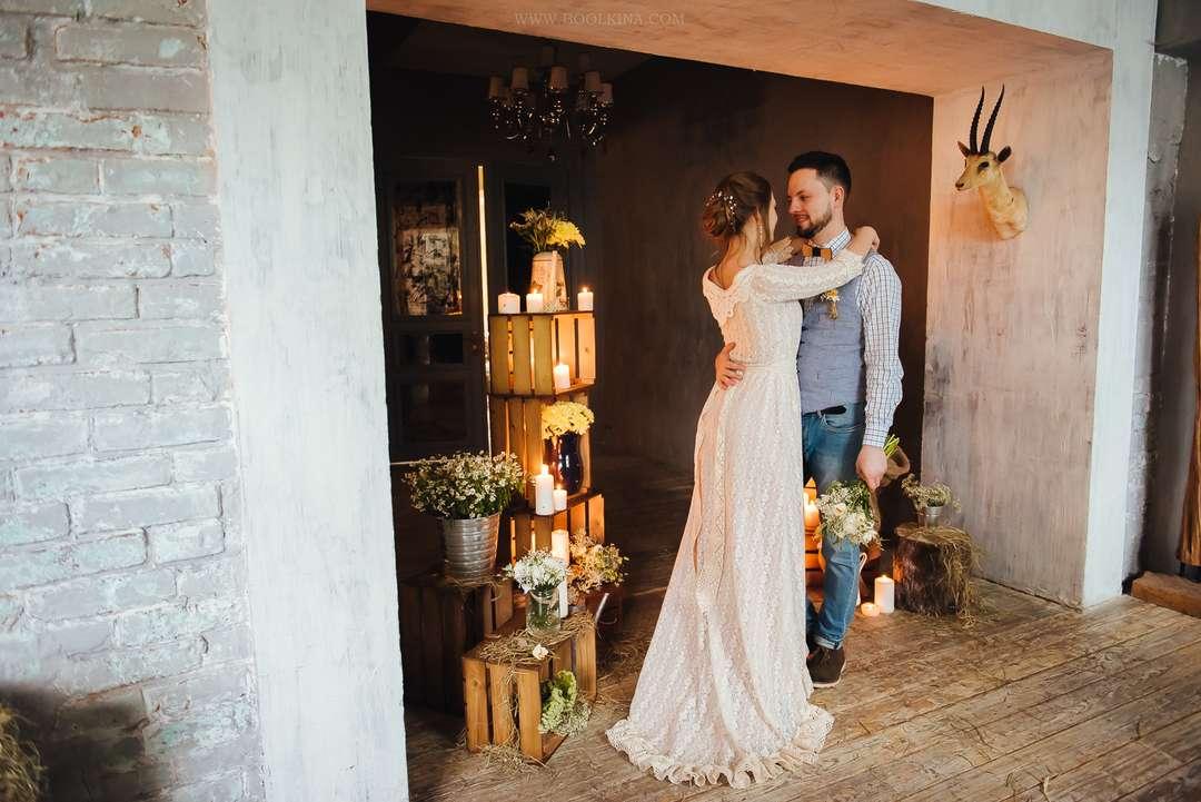 оформление свадебного фотостудия в стиле кантри молодожены задействуют оформлении