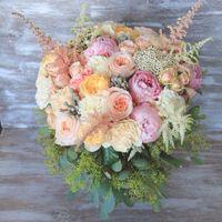 разные сотра пионовидных роз, вувузела, астильба, бруния и эвкалипт
