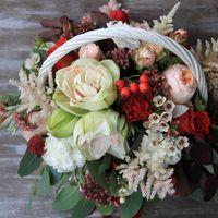 Композиция с розами Дэвид Остин , пионовидными, амариллисом, астильбой и разными ягодами
