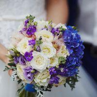 Букет невесты из гортензией, пионовидными розами и матиолой