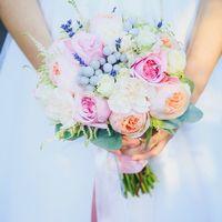 букет из пионовидных роз с лавандой и брунией