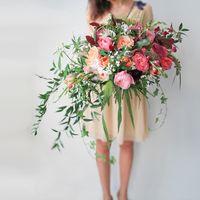 пионовидные розы, тюльпаны, плющ